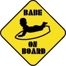 Bebe a bordo surfero